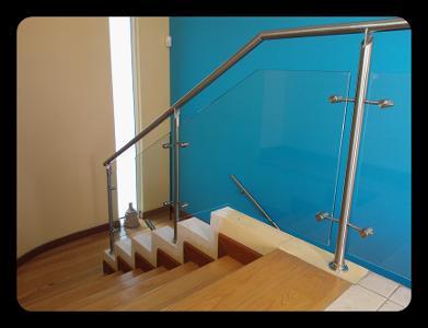 Barandales de acero con vidrio templado for Escaleras en escuadra